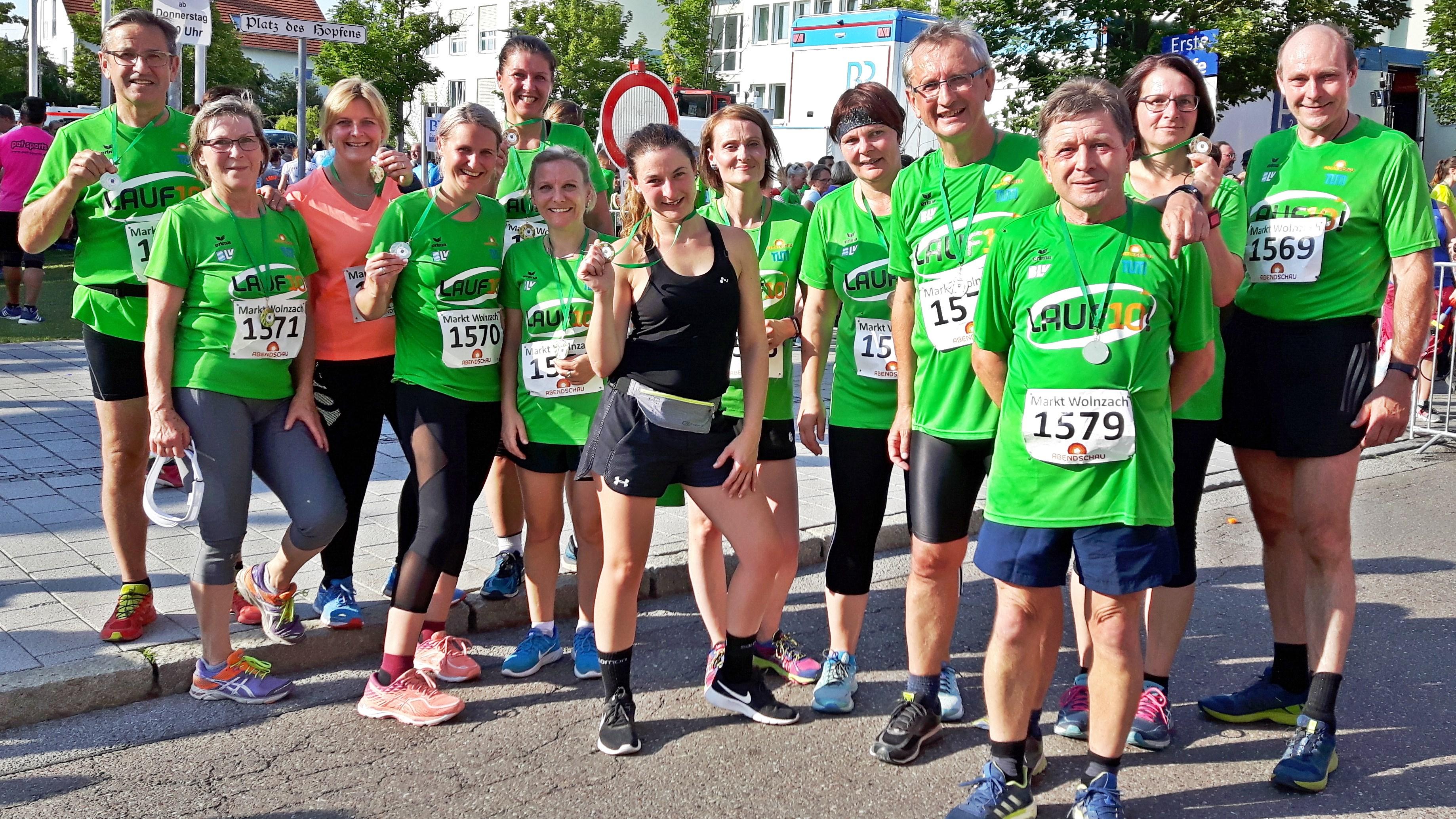 Die 13 Teilnehmer am Lauf10 in Wolnzach