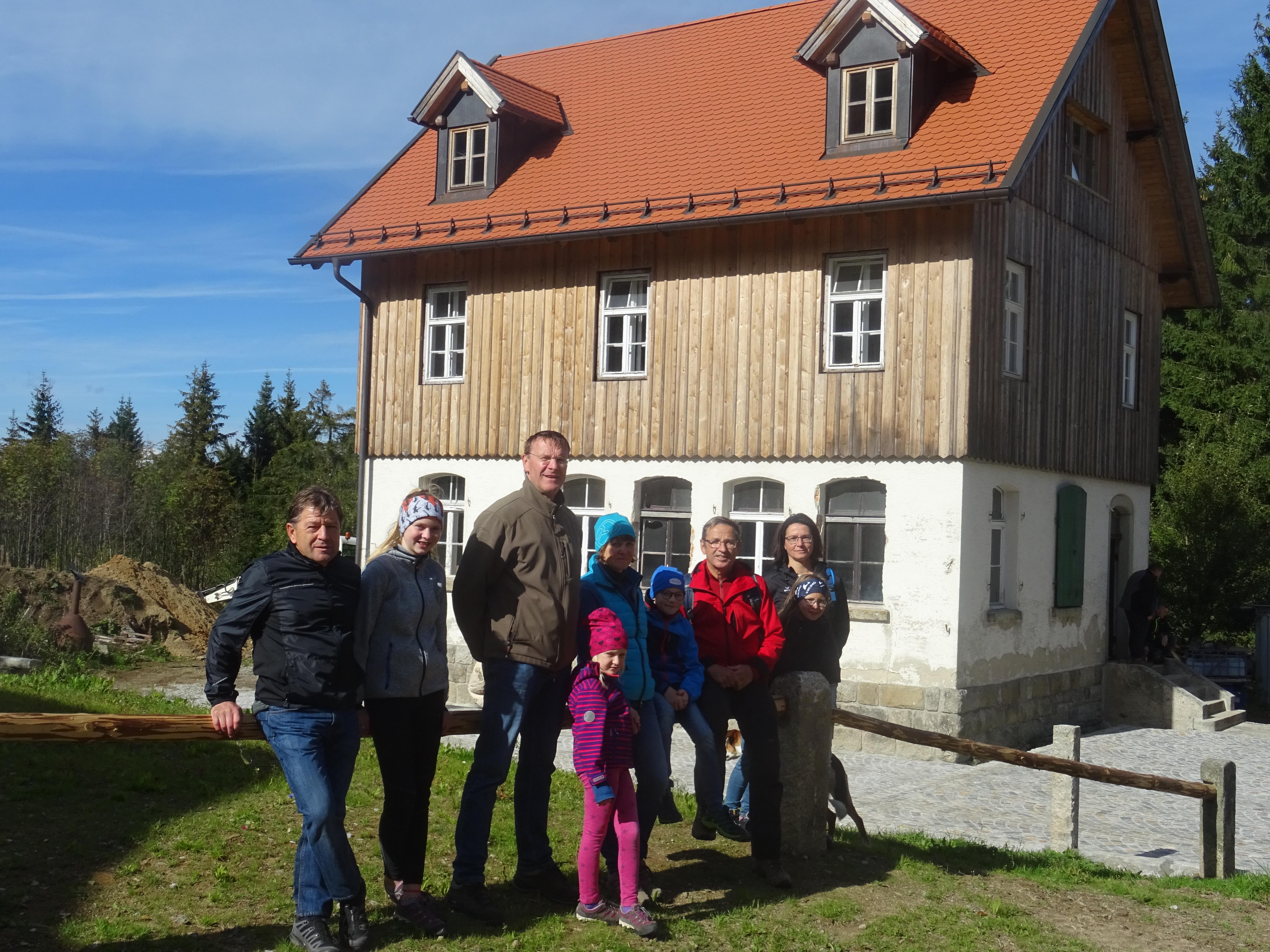 Die Wandergruppe des Nordic Teams vor dem alten Schulhaus in Leopoldsreut