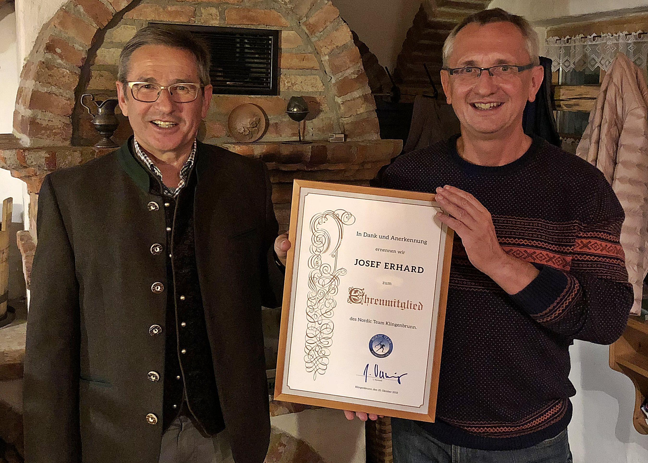 1. Vorsitzender Josef Wanninger würdigte die ehrenamtlichen Leistungen von Sepp Erhard und ernannte ihn im Namen des Nordic Teams Klingenbrunn zum ersten Ehrenmitglied des Vereins.